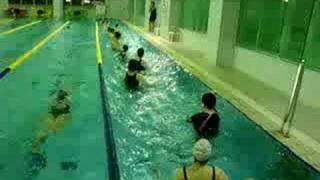 水中格闘技エクササイズです。パンチ・キックでストレス発散。