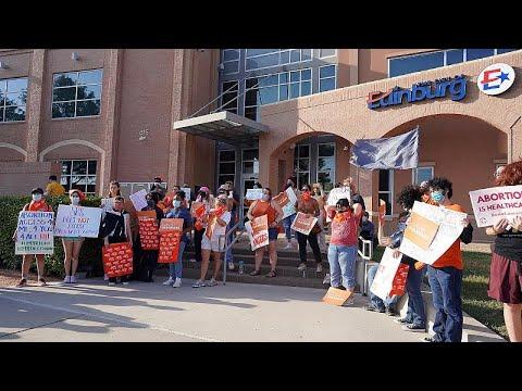 شاهد: مظاهرات في مدن تكساس بعد دخول قانون حظر الإجهاض بعد ستة أسابيع من الحمل حيّز التنفيذ…