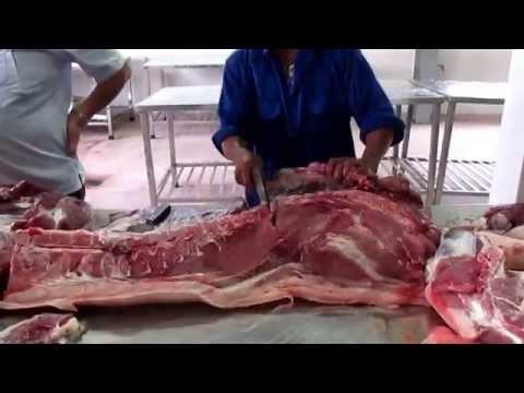 5- Pha cắt thịt móc hàm- Lợn nuôi theo công nghệ sinh hoc Cty YUMMY-Lò mổ Lệ chi Hapro.