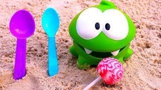 Çocuklar için eğlenceli video. Om Nom ile kum havuzunda eğlen