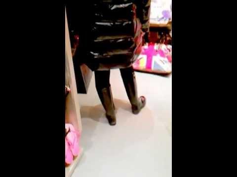 Frau In Gummistiefel Geht Frau Shoppen eDHIWEY29