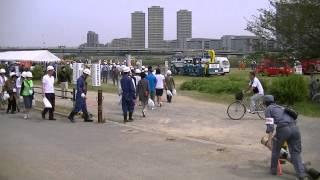 ぞくぞくと、多摩川ガス橋下河川敷に集結して来る、水防避難訓練者