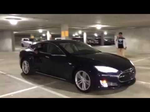 Un coche Tesla controlado con la mente (más o menos)