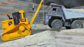 RC CRASH l THE 40t RC DUMP TRUCK DRIVE OVER THE WALL!