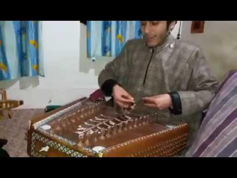 Brave kashmiri singers singing national anthem of pakistan
