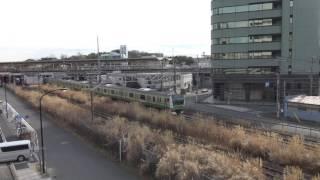 陸橋から見た新横浜駅を出発する横浜線下りE233系