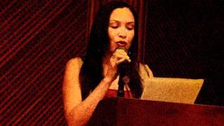 Clara Inés Oyola lee poema suyo. Evento: Plenilunio 86.