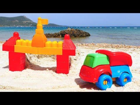 Auttaja-autot rannalla. Miten hiekkalinna rakennetaan? Hiekkaleikkejä pienille lapsille.