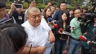 髮蠟哥帶香蕉至高雄市政府抗議