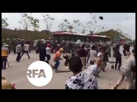 China Land Protesters Pelt Police with Rocks, Bricks | Radio Free Asia (RFA)