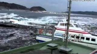 押し流され、ビルに激突する船舶=岩手県宮古港を襲う津波