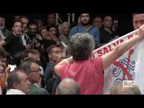 """Banche, Renzi a una contestatrice: """"Avete rubato lo dice a sua sorella"""""""