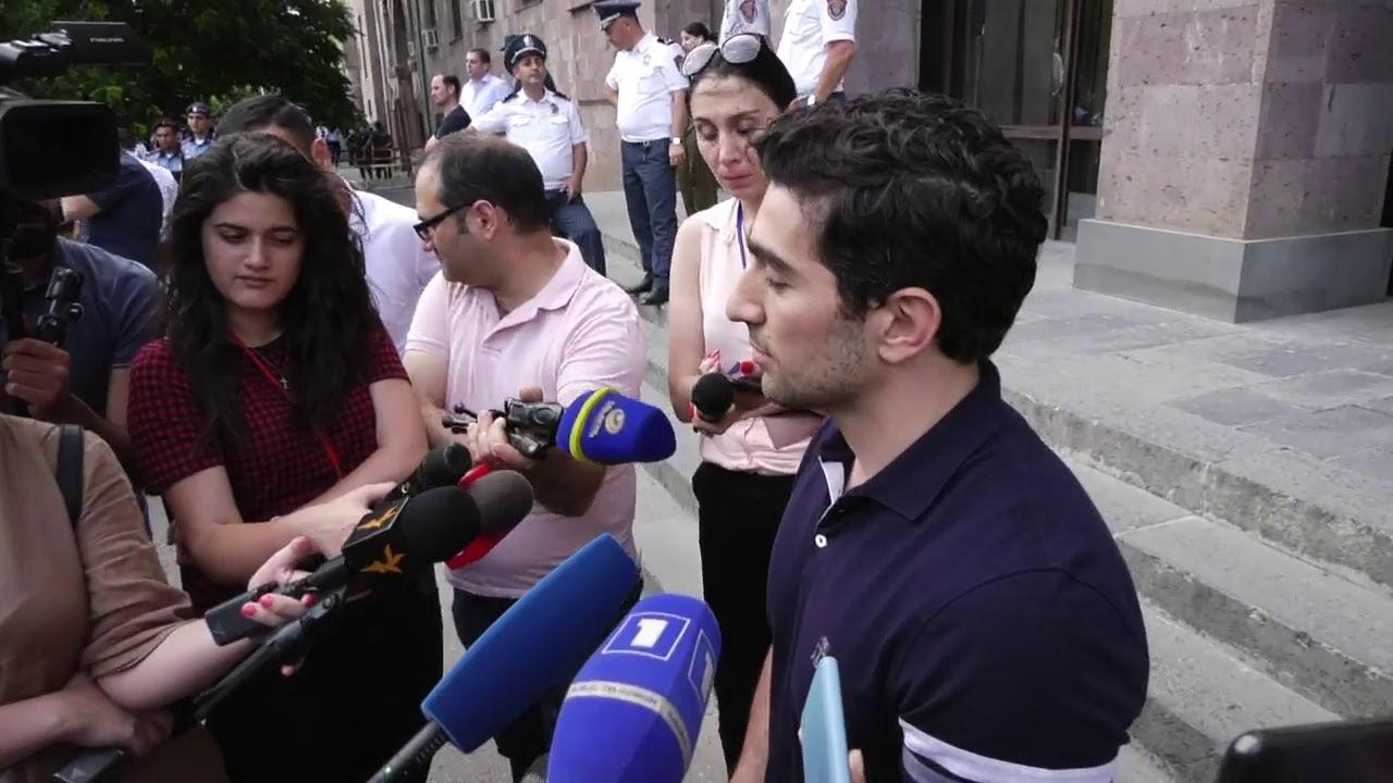 ՈՒղիղ.Բողոքի ակցիա դատարանի բակում՝ Քոչարյանի գործով նիստին. երաժշտություն, պաստառներ