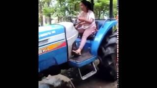 Download Video cewek cantik belajar bawa traktor | bikin pangling | cantiknya kebangetan MP3 3GP MP4