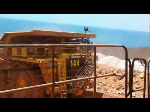 LOOK 930e tipping off..   .best tip head views in Australian mines!!.MOV