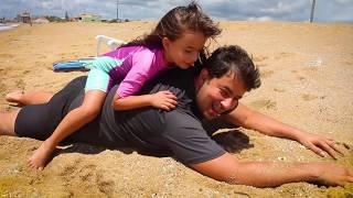 Laurinha e Papai Estão se Divertindo na Praia