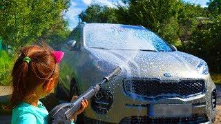 Дети помыли машину перед прогулкой как на автомойке