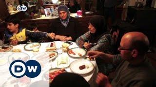 أسرة يونانية تأخذ بزمام مبادرة احتضان اللاجئين | الأخبار     24-3-2016