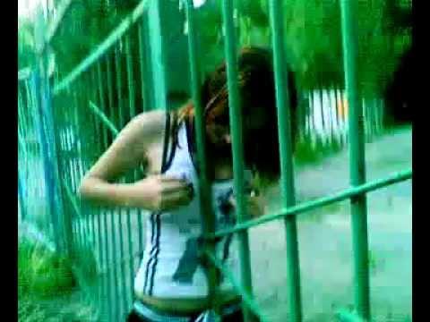 Баба застряла в заборе #1