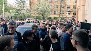 Провокаторы и представители НОДа перед открытием штаба Навального в Красноярске (12.05.2017)