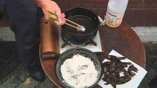 Японцы смакуют насекомых под разными соусами (новости) http://9kommentariev.ru/(http://www.epochtimes.ru В Японии растёт количество тех, кто питается насекомым. В Токио действует целая ассоциация,..., 2014-08-19T13:41:09.000Z)