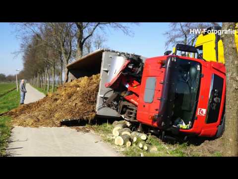 Vrachtwagen kantelt aan Nieuwedijk Wanneperveen