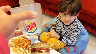 Efe hamburger yerken ayran dışında başka bir şey içmek istemiyor.