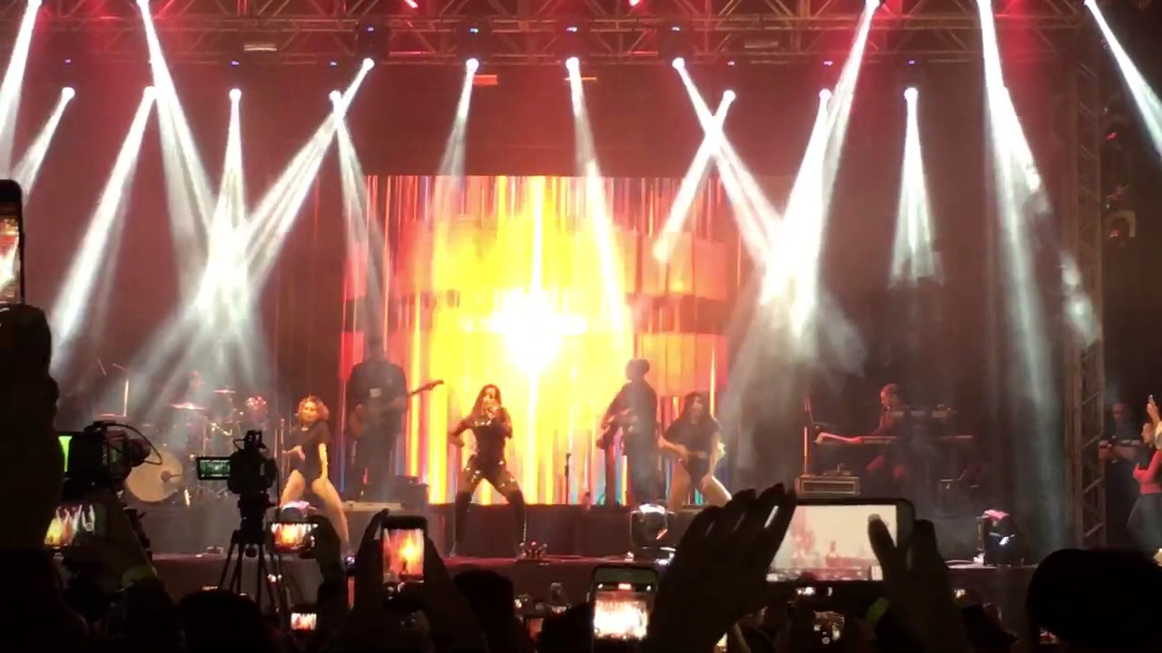 Anitta canta Paradinha Ao Vivo - Festa Junina da Band 2017 HD