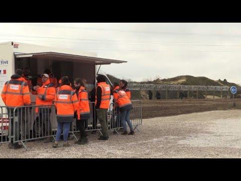 Migrants à Calais: premières distributions de repas par l'Etat
