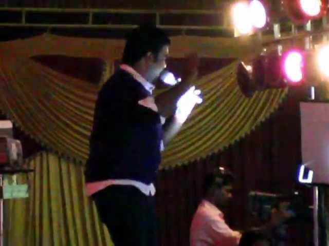 performance by singer santhosh hariharan in krishnammal college - 04