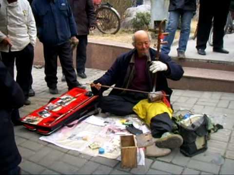 """Street Erhu(fiddle) Performer in XuZhou, Jiangsu, China (""""Butterfly Lovers theme"""")"""
