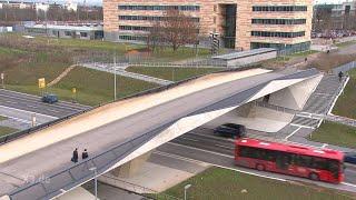 Realer Irrsinn: Bus-Brücke ohne Straßenanschluss