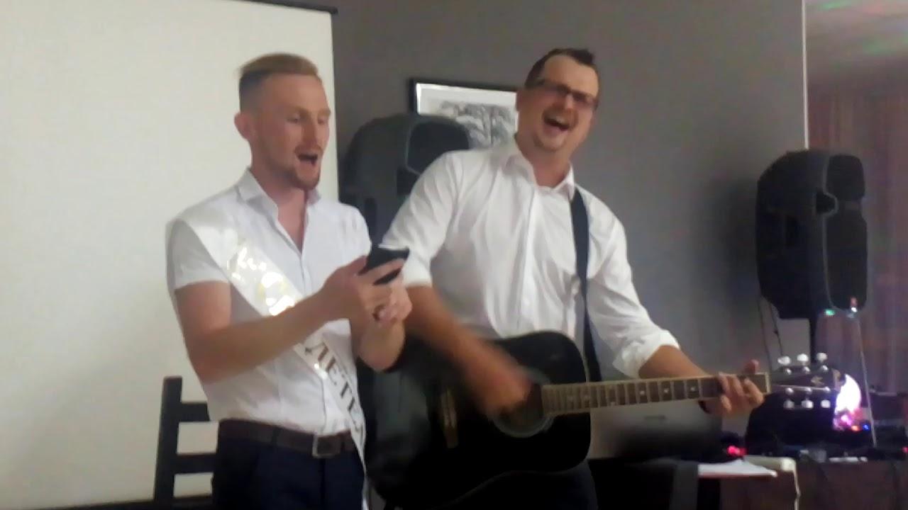 На свадьбе поют друзья