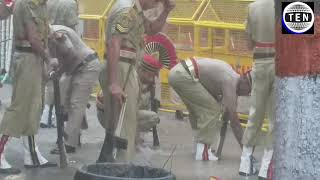 Jaitley's Funeral: Delhi Police jawan searches bullet shells in dirty water