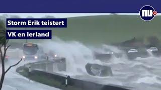 Golven slaan over auto's heen door storm Noord-Ierland