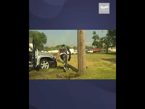 مشهد لإنقاذ امرأة محاصرة تحت سيارتها  - 14:56-2021 / 6 / 16