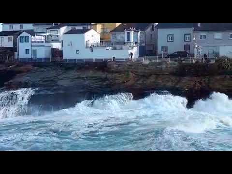 La costa mariñana, en alerta naranja por olas de hasta siete metros