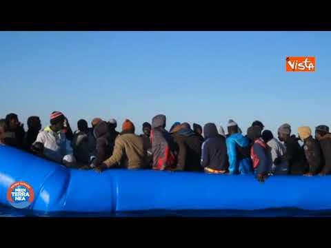 """Migranti, nave Mare Jonio salva 49 persone da naufragio: """"Italia ci indichi un porto sicuro"""""""