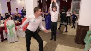 Танцы на свадьбе с элементами стриптиза