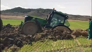 Tractores atascados en el barro