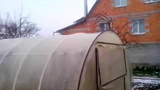 видео Как закрепить пленку на парнике из дуг чтобы не сорвало ветром