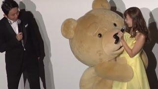 アイドルグループ「AKB48」の小嶋陽菜さんが8月18日、東京都内で行われた映画「テッド2」( セス・マクファーレン監督、28日公開)のイベントに登場した。テッドのファン ...