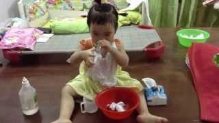 Sơ Ri tự rửa mũi bằng nước muối khi bị bệnh - 2 years old baby self nose cleaning by salt water.