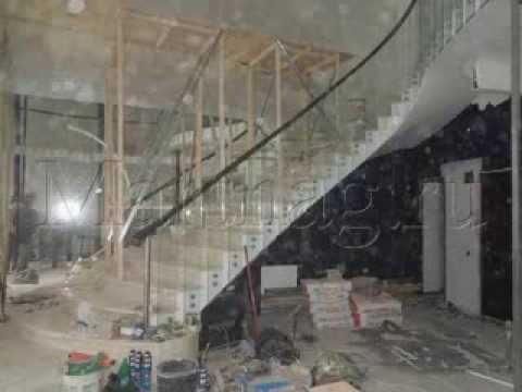 Монтаж лестницы и ограждения из стекла, дерева и металла