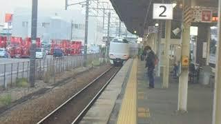 JR宝塚線 北伊丹駅2番ホームを287系特急こうのとりが通過 1番ホームを207系快速列車が通過