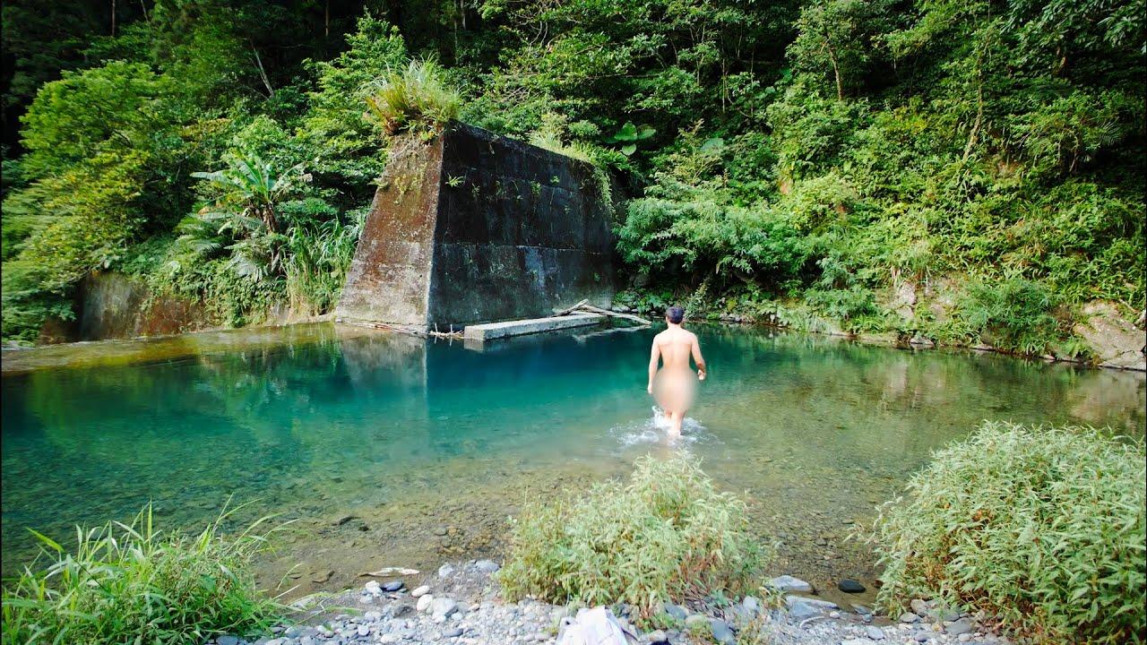 網紅脫了.. 上到無人深山去裸泳野炊..
