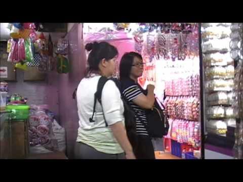 Berbelanja aksesoris dan pernak-pernik murah di pasar grosir Asemka Jakarta