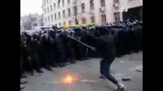 на митинге в Киеве неизвестный нападал на БЕРКУТ используя тяжелую железную цепь thumbnail