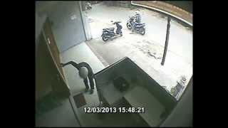Maling Handphone Di Jl.Amd X, Kreo Larangan Ciledug Terekam CCTV