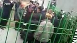 Мирзиëев Қорақалпоғистонда одамлар билан селфига тушди